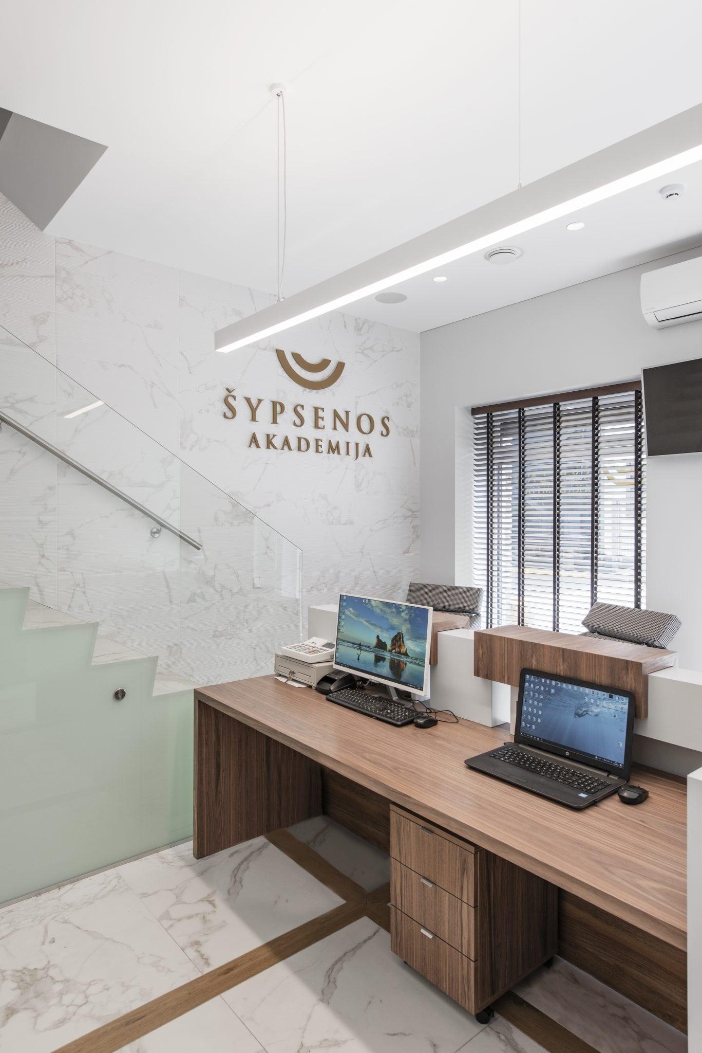 Interjero sprendimai verslui registraturos baldai, įgyvendintas baldų gamybos projektas.