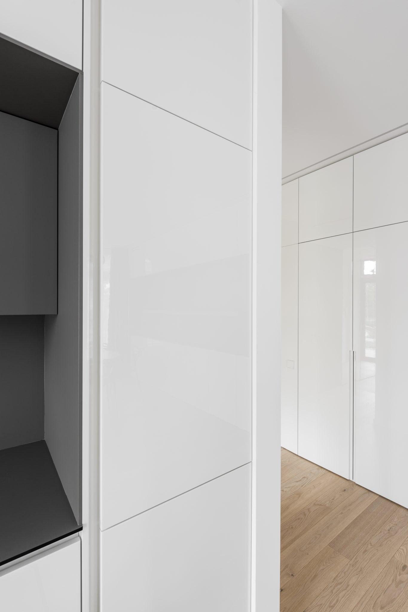 Baltai pilka virtuvė baldu gamyba